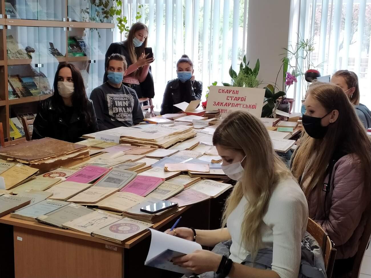 """Студенти-журналісти провели практичне заняття з """"Історії закарпатської журналістики"""" в бібліотеці УжНУ"""